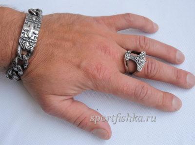 Кольцо из стали молот тора на пальце