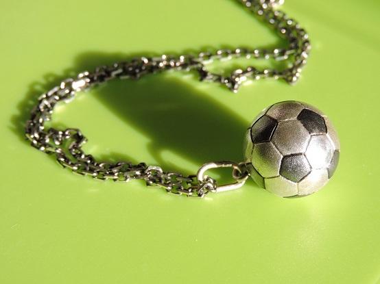Что подарить футболисту, кулон футбольный мяч