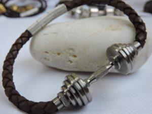 Кожаный браслет с гантелей, что подарить спортсмену