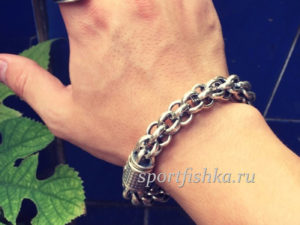 Мужской браслет на руке фото