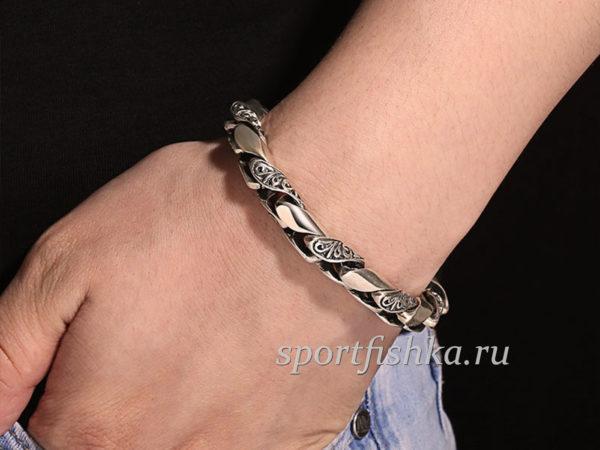 Оригинальный серебряный браслет на руке фото