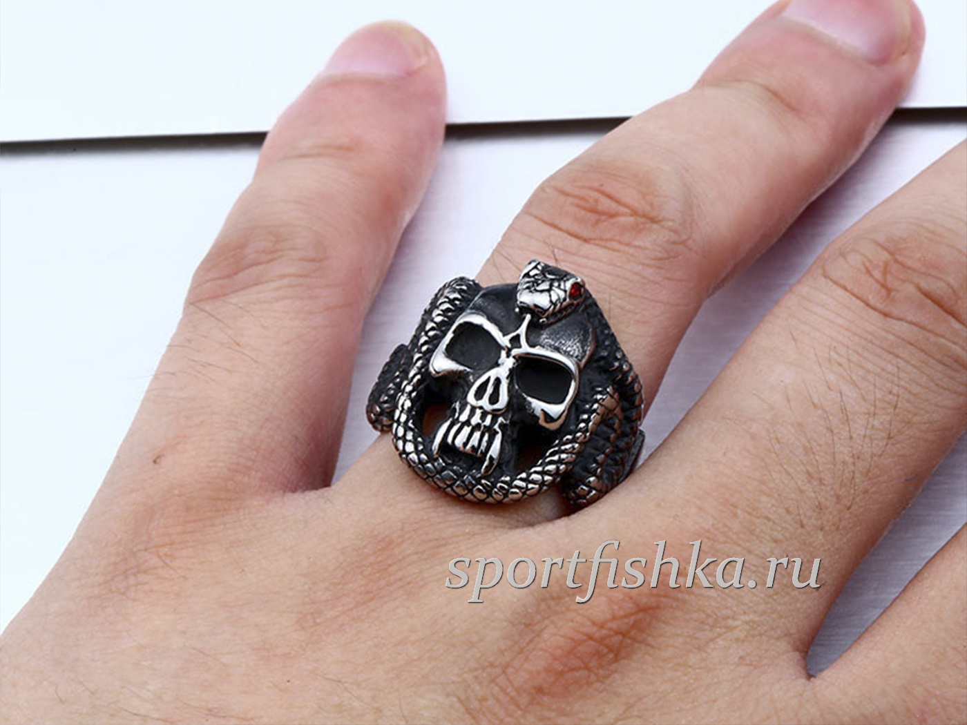 Череп со змеей кольцо