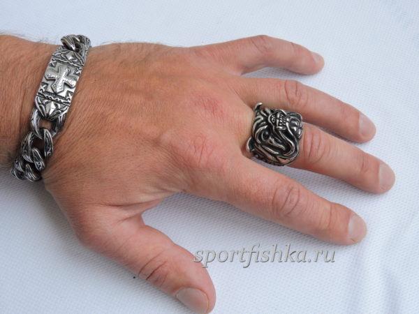 Кольцо из стали бульдог на пальце