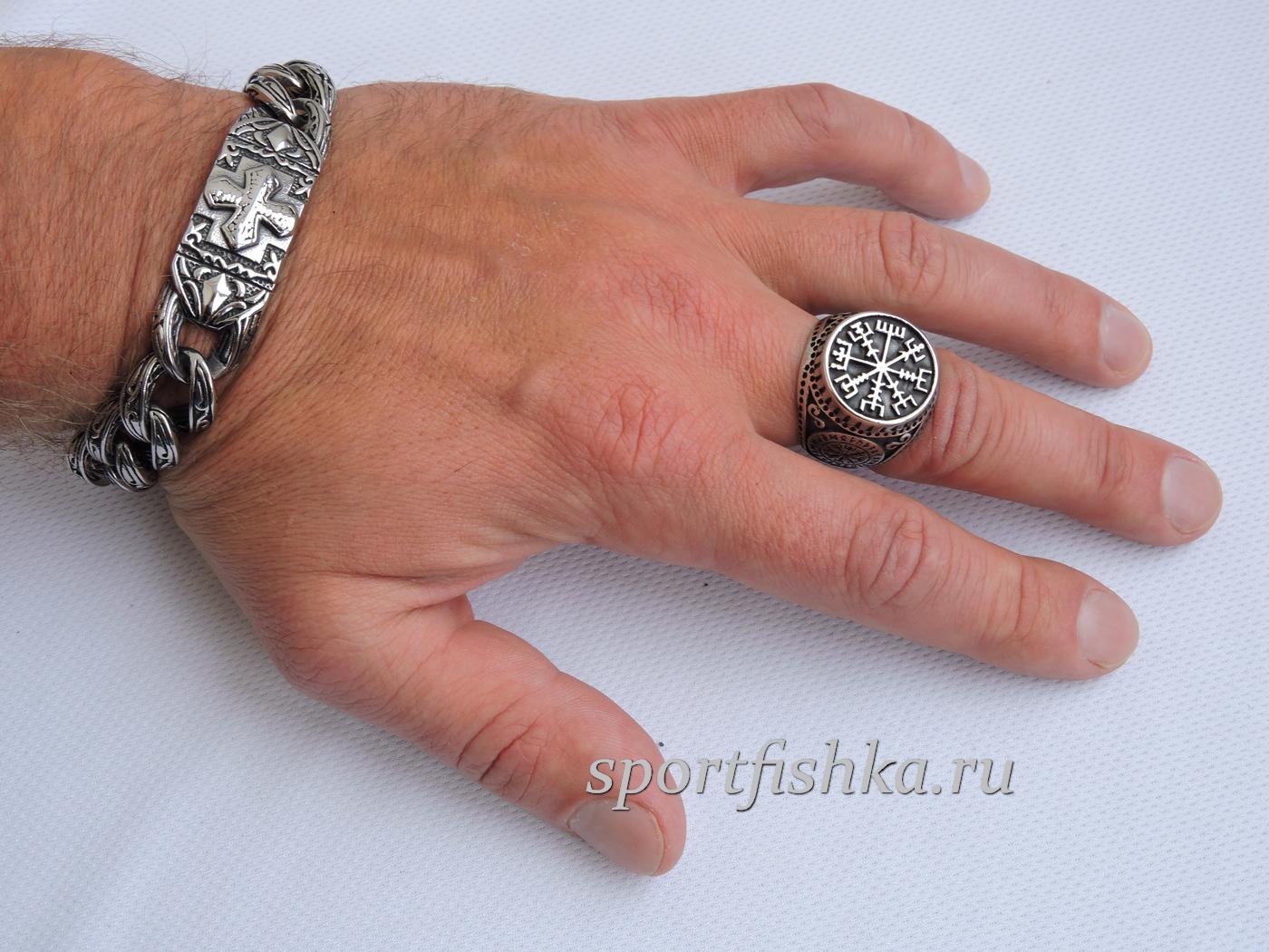 Кольцо из стали вегвизир на пальце