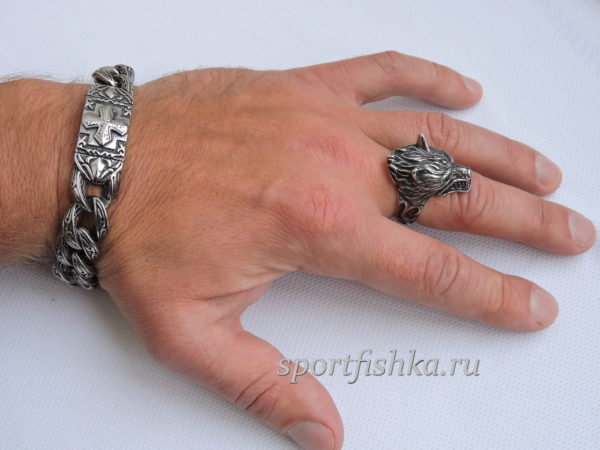 Кольцо из стали волк на пальце