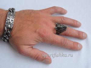 Кольцо из стали в виде волка на пальце