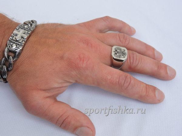 Кольцо из стали герб России на пальце