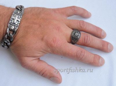 Кольцо из стали коловрат на пальце