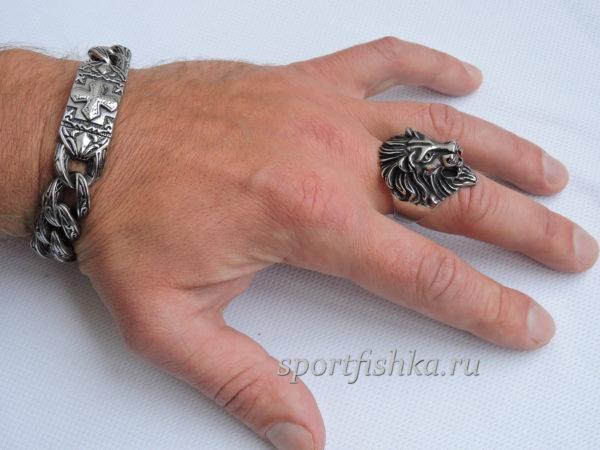 Кольцо из стали лев на пальце