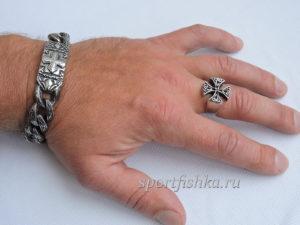Кольцо из стали мальтийский крест на пальце