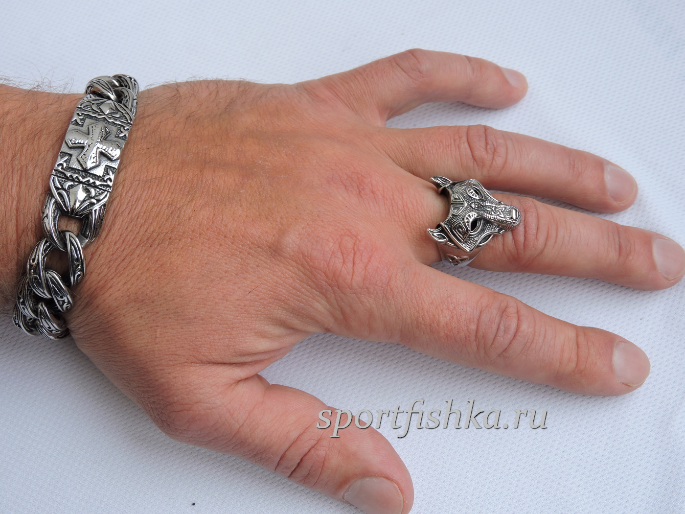 Кольцо из стали скандинавский волк на пальце