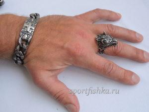 Кольцо из стали с волком на пальце