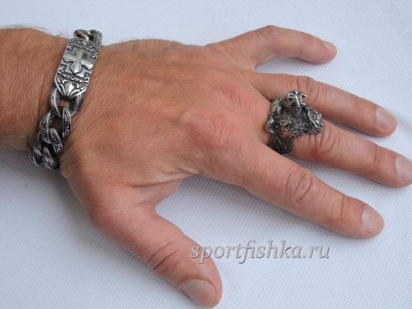 Кольцо из стали с медведем на пальце