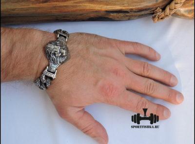 Большой браслет из стали со львом на руке фото