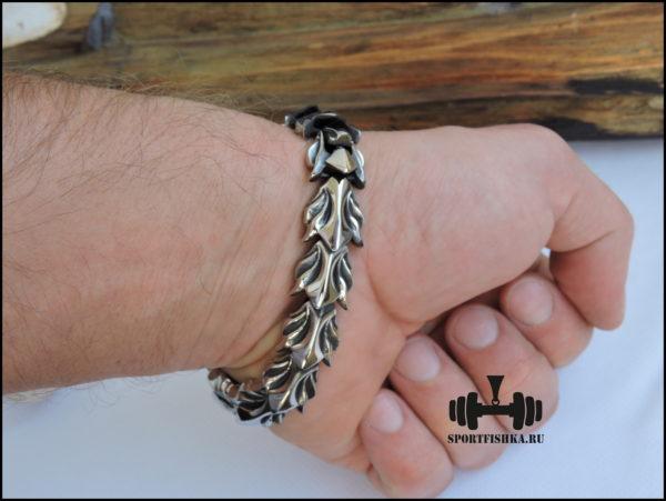 Оригинальный браслет из нержавеющей стали на руке фото