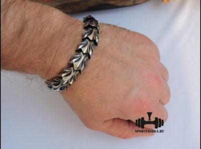 Оригинальный браслет из нержавеющей стали в руке фото