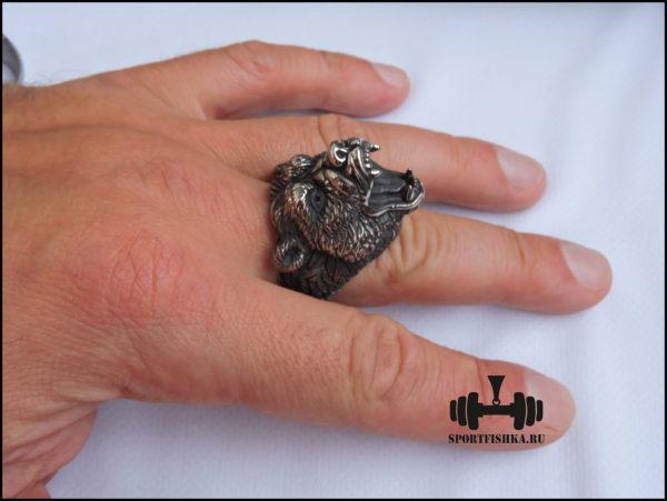 Кольцо медведь на руке