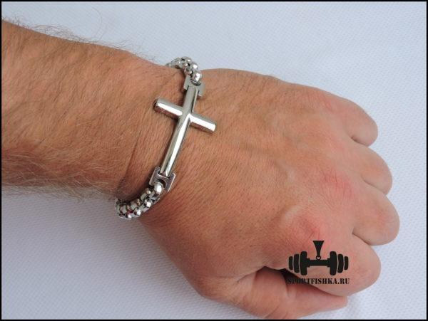 Браслет с крестом на руке из стали