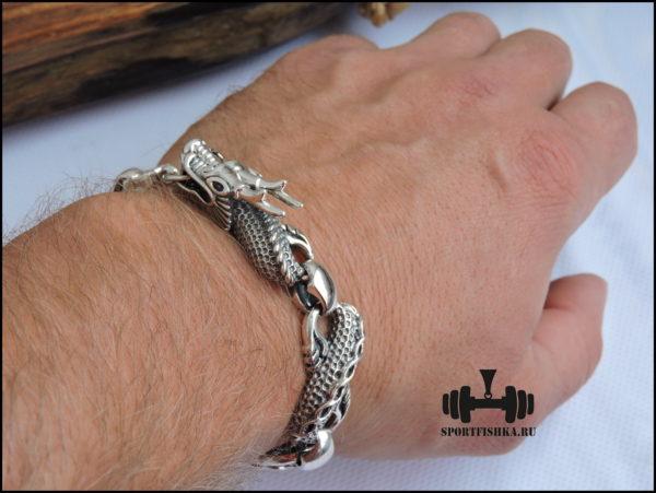 Серебряный браслет дракон на руке