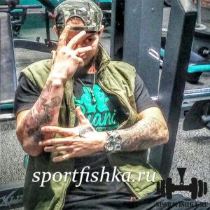 Боксерские перчатки на шее